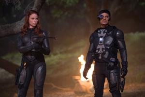 Scarlett y Breaker al inicio de la película